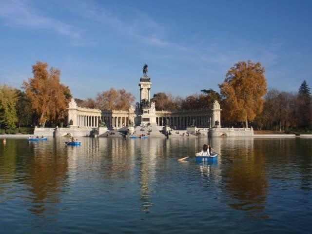 Barcas remando en el lago del Parque del retiro en Madrid