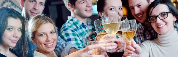 Chicos y chicas brindando en una velada de Speed Dating de CitasparaSingles.com